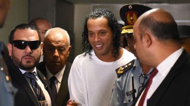 Chưa thoát nạn, Ronaldinho bất ngờ vướng vào nghi án rửa tiền - 1