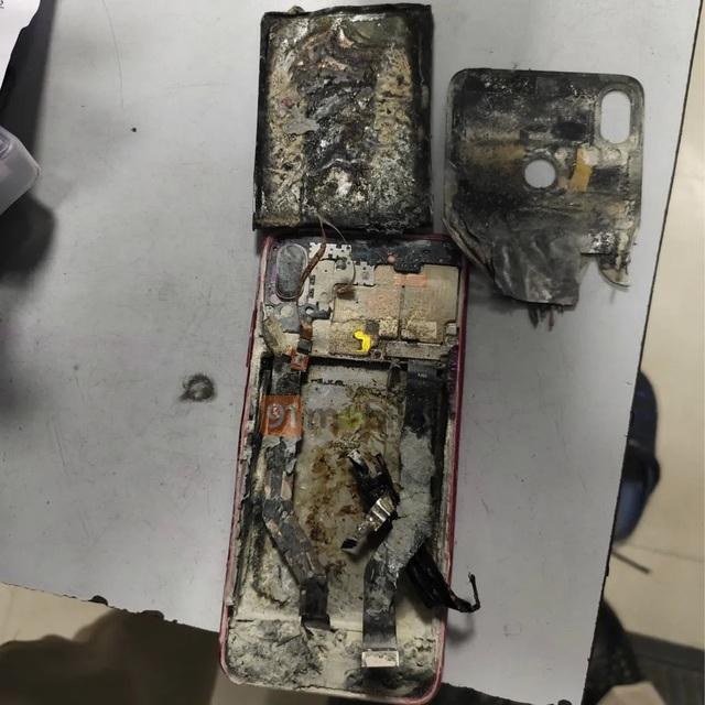 Smartphone bất ngờ bốc cháy và phát nổ khi nằm trong túi quần - 1