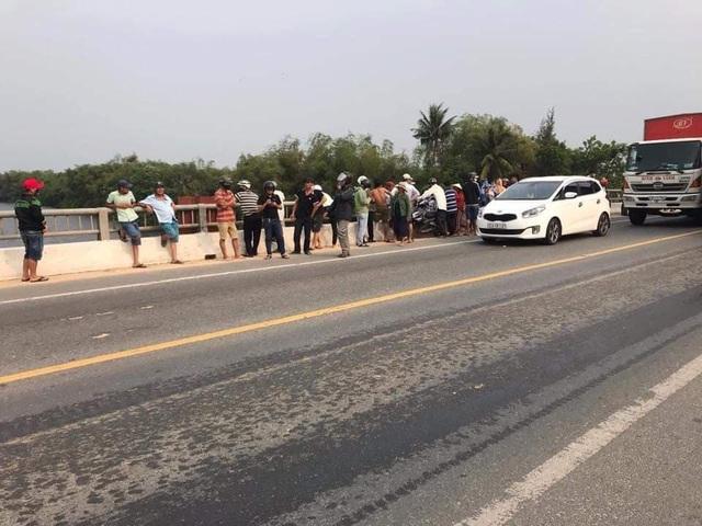 Thanh niên để xe trên cầu đi nhậu, chính quyền vất vả tìm... dưới sông - 2