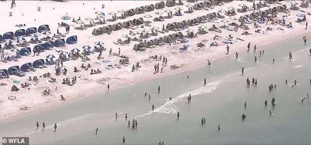 Hàng nghìn người đổ tới bãi biển Mỹ bất chấp đại dịch Covid-19 - 1