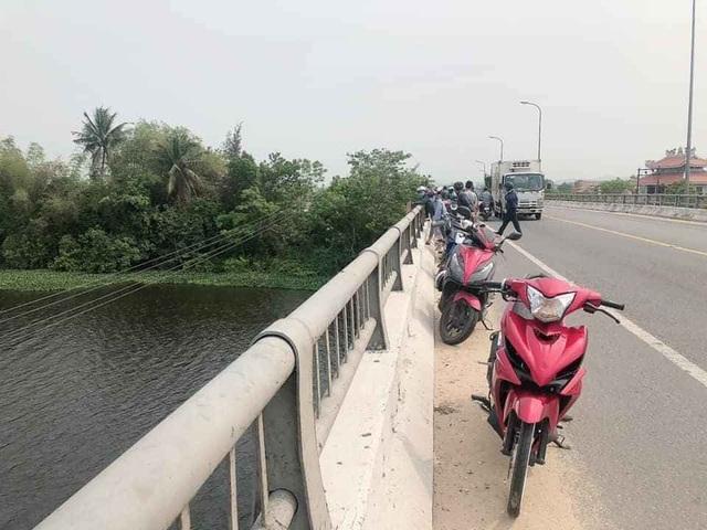 Thanh niên để xe trên cầu đi nhậu, chính quyền vất vả tìm... dưới sông - 3