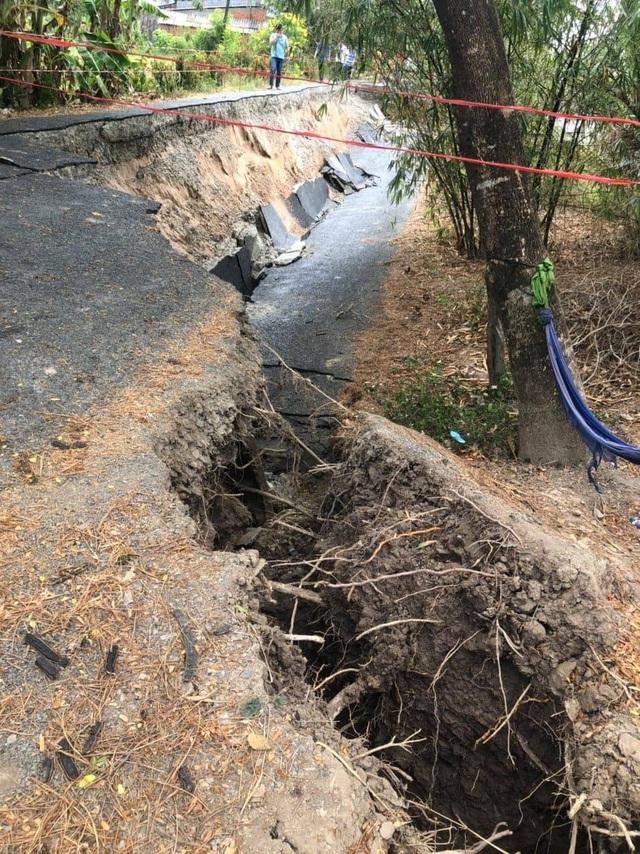 Những tuyến đường vỡ toác như động đất vì khô hạn - 4
