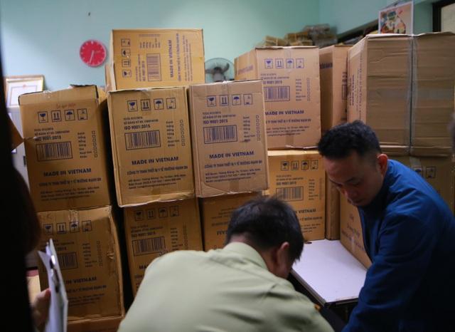 Lô khẩu trang y tế bất thường bị thu giữ khi đang ở trên đường đi tiêu thụ - 5