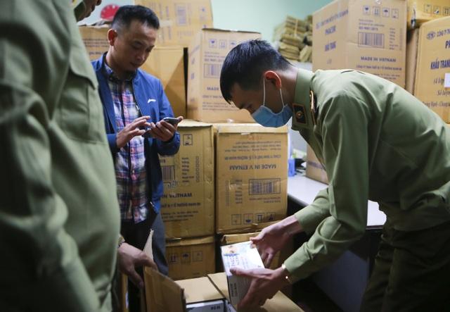 Lô khẩu trang y tế bất thường bị thu giữ khi đang ở trên đường đi tiêu thụ - 3