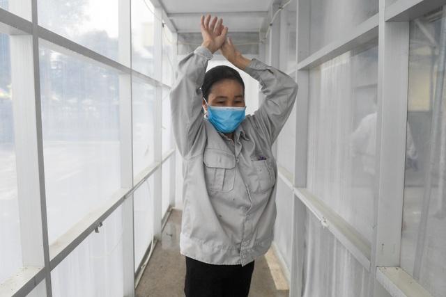 Lập buồng khử khuẩn, dựng vách ngăn bàn ăn chống dịch Covid-19 lây lan - 9