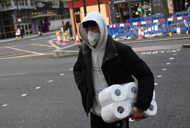 Covid-19: Xích giấy vệ sinh trong nhiều nhà vệ sinh công cộng ở London vì sợ trộm - 1