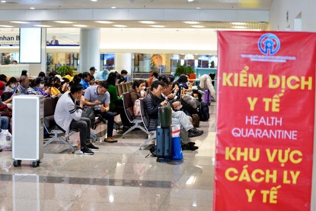 """Người Việt từ nước ngoài hồi hương tránh dịch gây """"náo loạn"""" sân bay - 2"""