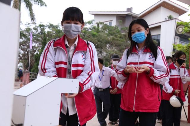 Nam sinh lớp 12 chế tạo máy rửa tay diệt khuẩn tự động, chống dịch Covid-19 - 1