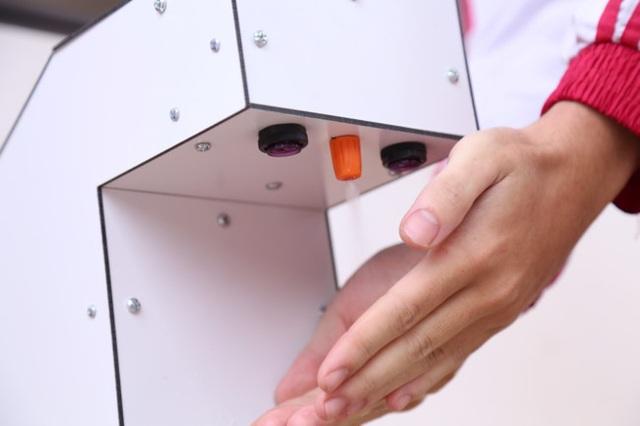 Nam sinh lớp 12 chế tạo máy rửa tay diệt khuẩn tự động, chống dịch Covid-19 - 2