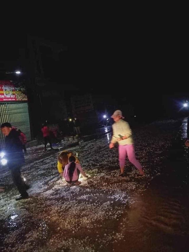 Hình ảnh mưa đá trắng xóa dội xuống Lào Cai - 3