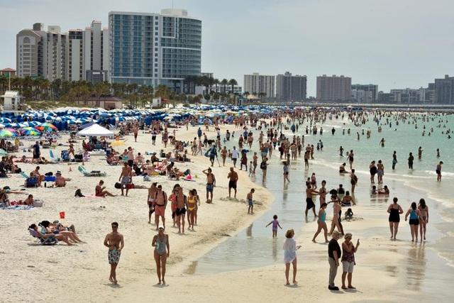 Hàng nghìn người đổ tới bãi biển Mỹ bất chấp đại dịch Covid-19 - 2