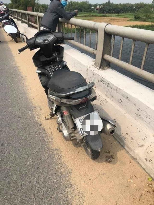 Thanh niên để xe trên cầu đi nhậu, chính quyền vất vả tìm... dưới sông - 1