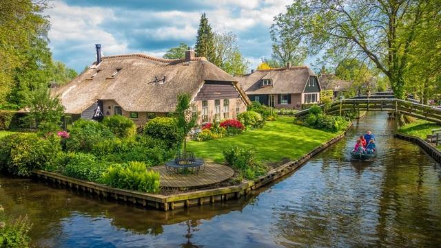 Ngôi làng cổ tích đẹp nhất thế giới, 700 năm chỉ đi lại bằng thuyền - 1
