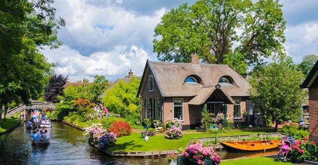 Ngôi làng cổ tích đẹp nhất thế giới, 700 năm chỉ đi lại bằng thuyền - 4