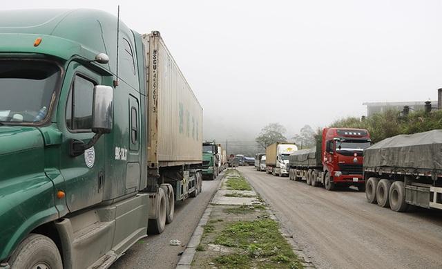 Xe tải đồng loạt quay đầu tại Cửa khẩu Cầu Treo vì sợ dịch Covid-19 - 1