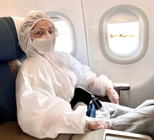 Chi Pu gây chú ý với đồ bảo hộ kín từ đầu đến chân khi đi máy bay  - 4