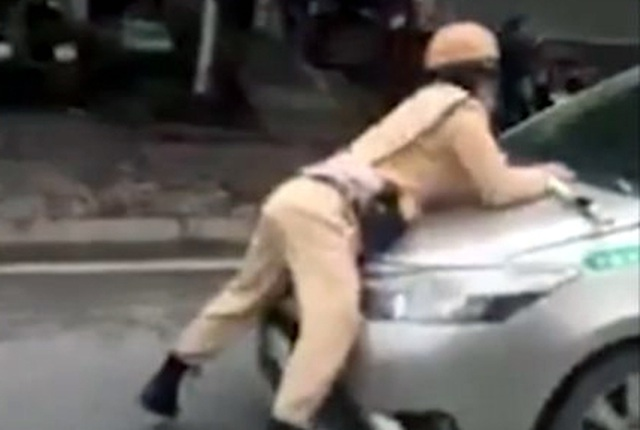 Hà Nội: Tài xế lái taxi hất cảnh sát giao thông lên nắp ca-pô - 1