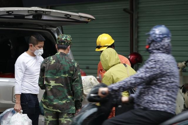 Quân đội vận chuyển nhu yếu phẩm vào khu cách ly 19 tầng ở Pháp Vân - 15