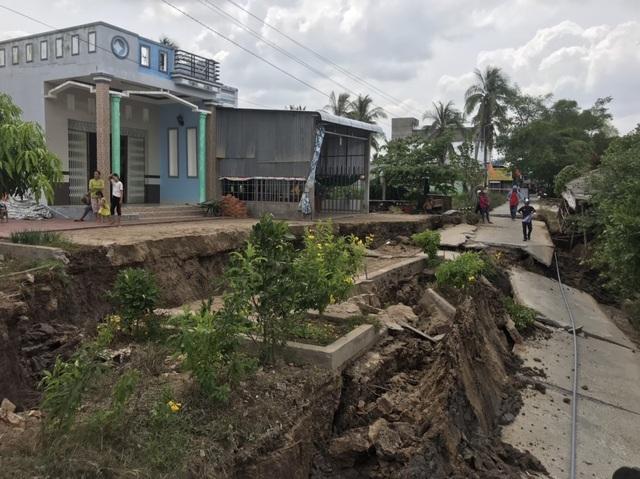 Những tuyến đường vỡ toác như động đất vì khô hạn - 1