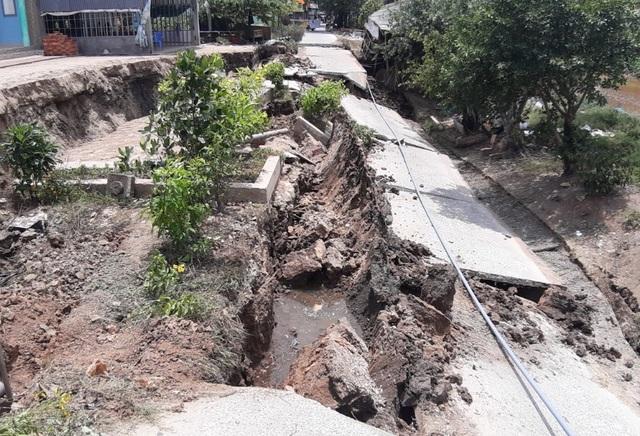 Những tuyến đường vỡ toác như động đất vì khô hạn - 3