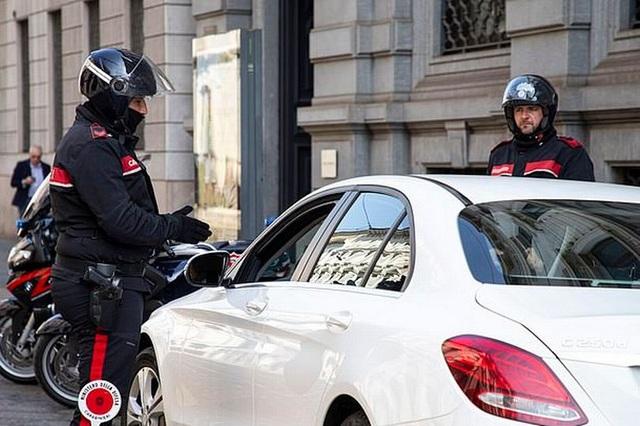 """Ý: Cặp đôi """"mây mưa"""" trong xe ô tô bị bắt vì vi phạm lệnh phong tỏa - 1"""