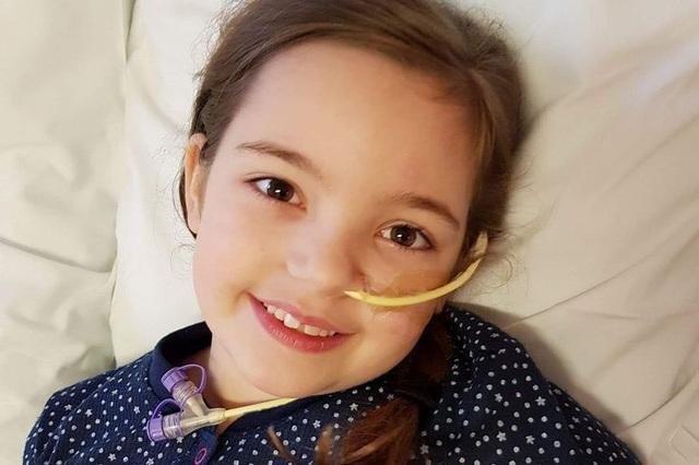 Mắc bệnh hiếm gặp, bé gái 10 tuổi gặp nguy hiểm mỗi khi đánh răng - 1