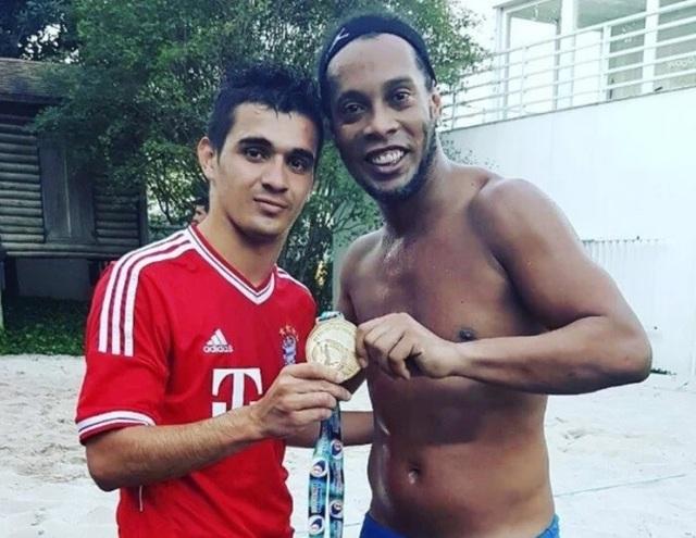 Ronaldinho phải làm nghề mộc, đón sinh nhật trong tù - 1