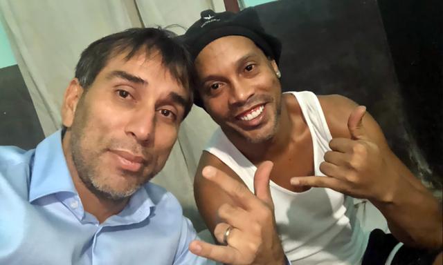 Ronaldinho phải làm nghề mộc, đón sinh nhật trong tù - 2