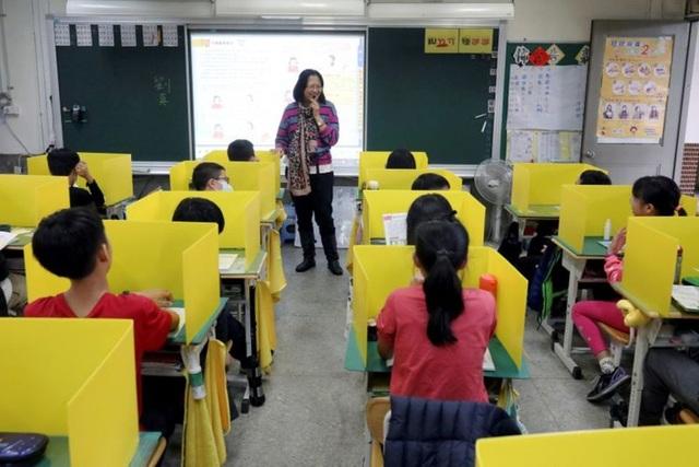 Trường học Đài Loan lắp thêm vách ngăn để phòng ngừa dịch Covid-19 - 1