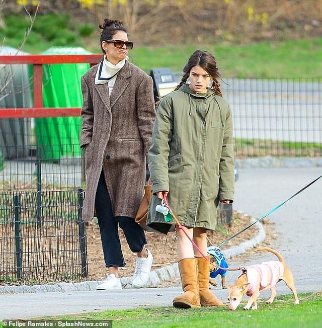 Katie Holmes cùng con gái dắt cún đi dạo - 1