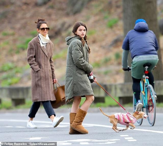 Katie Holmes cùng con gái dắt cún đi dạo - 2