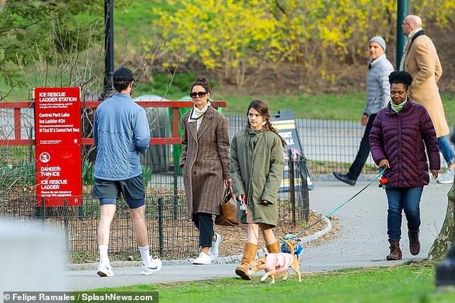 Katie Holmes cùng con gái dắt cún đi dạo - 3