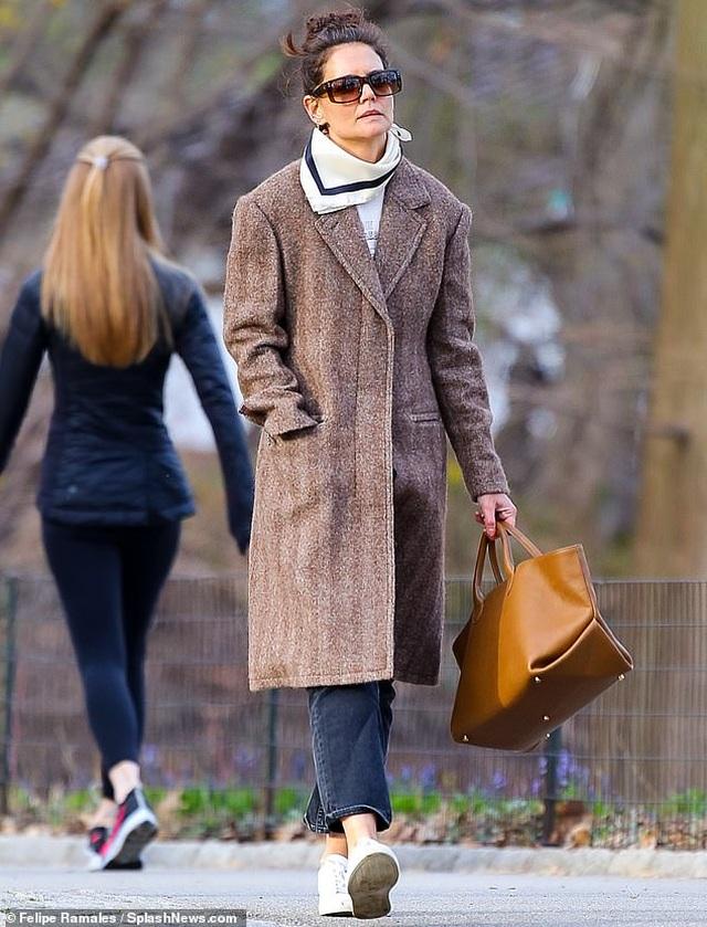 Katie Holmes cùng con gái dắt cún đi dạo - 4