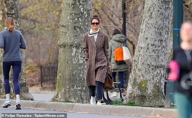 Katie Holmes cùng con gái dắt cún đi dạo - 5