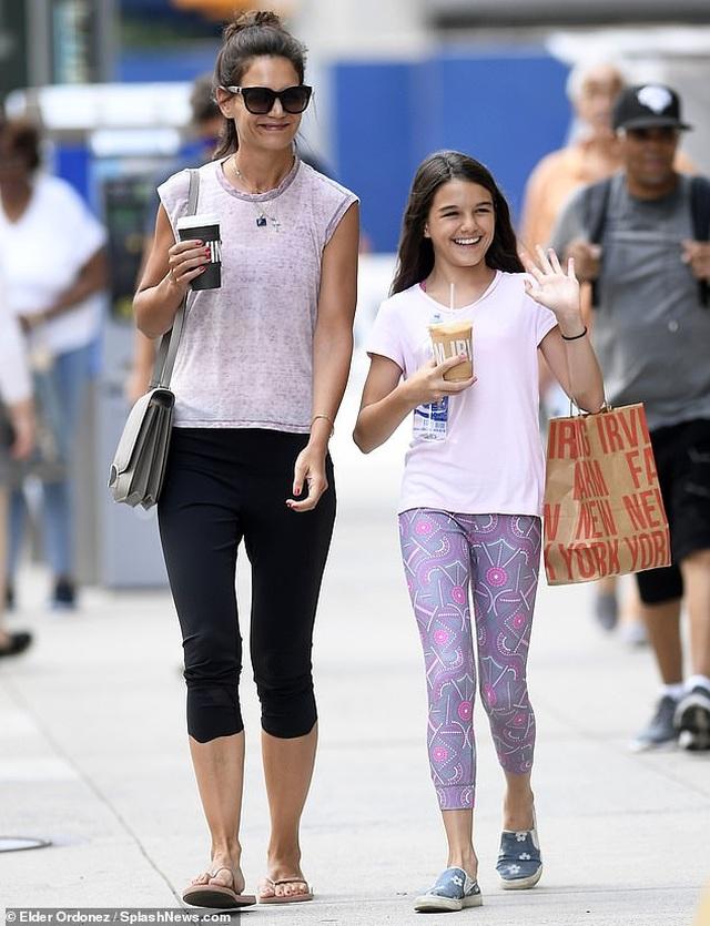Katie Holmes cùng con gái dắt cún đi dạo - 8