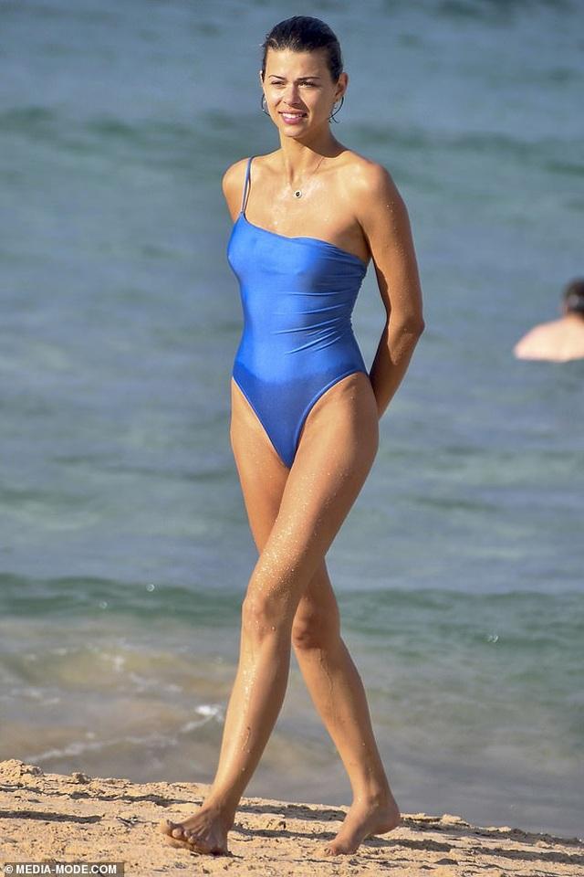 Người mẫu Victorias Secret tình tứ bạn trai trên biển - 8