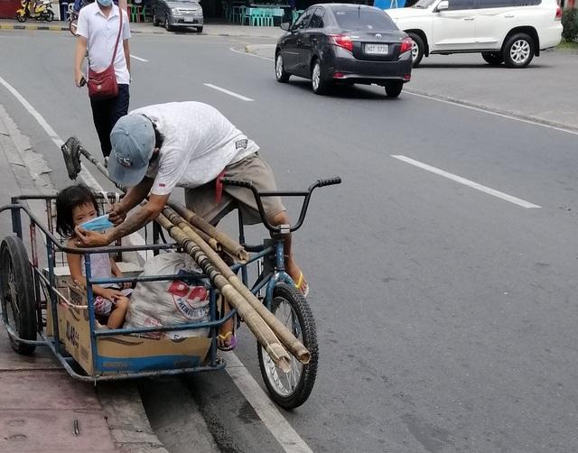 Hình ảnh cha nghèo nhường khẩu trang cho con gái khiến dân mạng cảm động - 1