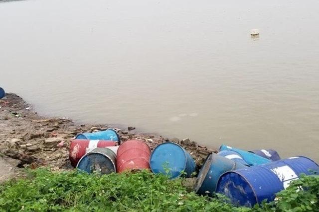 """Khởi tố """"thương nhân"""" lén lút vứt hơn 3 tấn dầu thải ra sông Hồng - 2"""