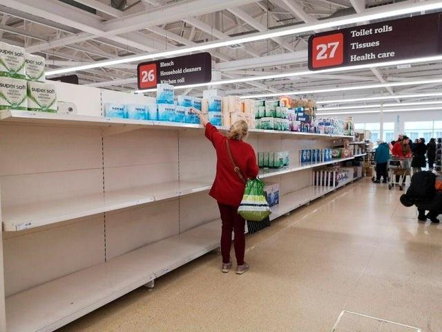 Siêu thị tại Anh đau đầu với việc người dân đổ xô mua đồ tích trữ - 1