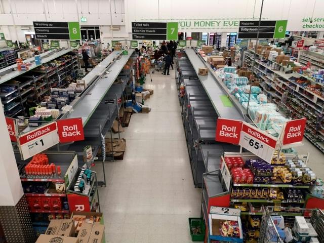 Siêu thị tại Anh đau đầu với việc người dân đổ xô mua đồ tích trữ - 2