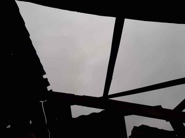 Mưa đá, lốc xoáy khiến hàng chục ngôi nhà hư hỏng - 12