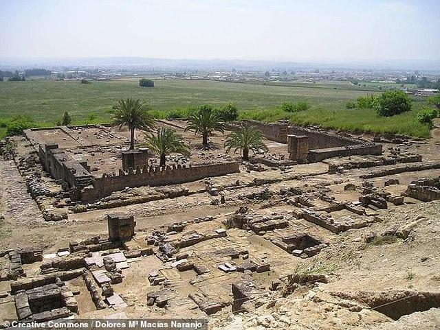 Lối vào cung điện Hồi giáo Medina Azahara thế kỷ thứ 10 - 1