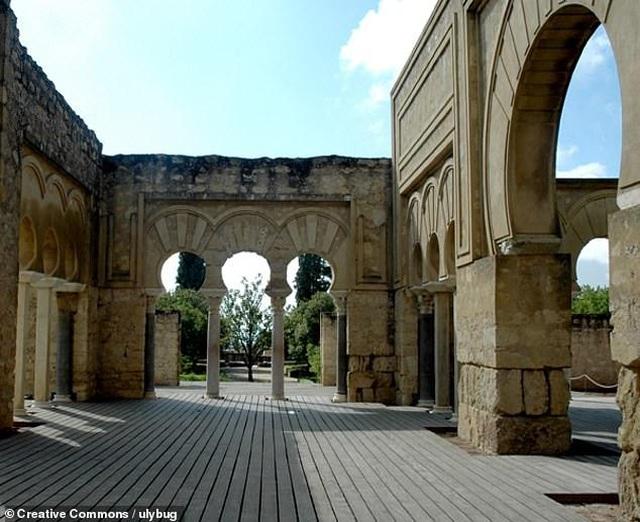 Lối vào cung điện Hồi giáo Medina Azahara thế kỷ thứ 10 - 2