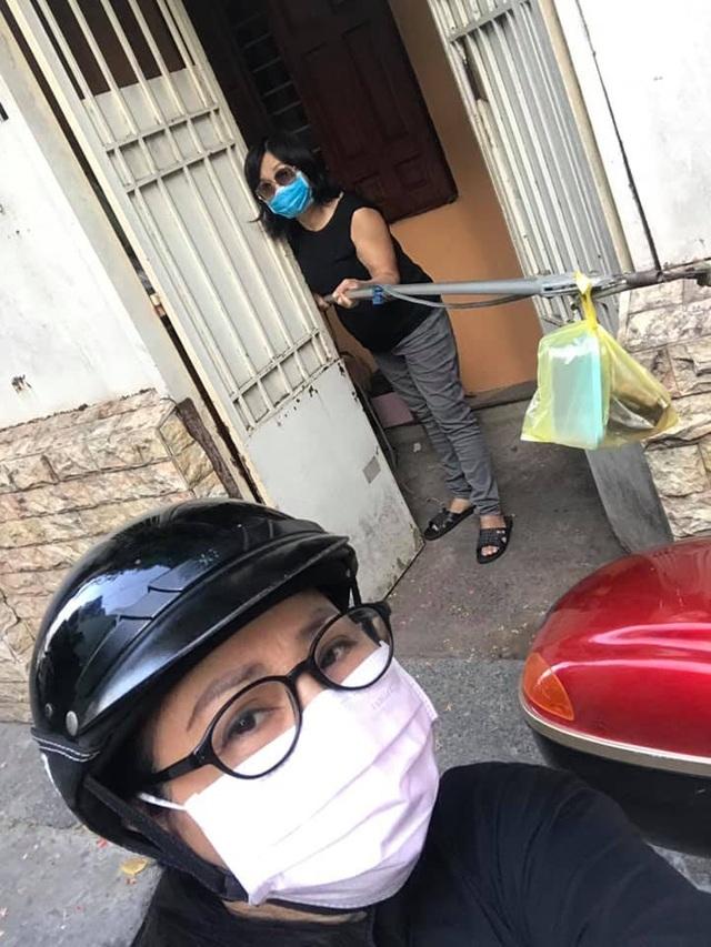 """Ca sĩ Ngọc Ánh và Xuân Hương """"ship hàng"""" bằng… gậy để tránh dịch - 2"""