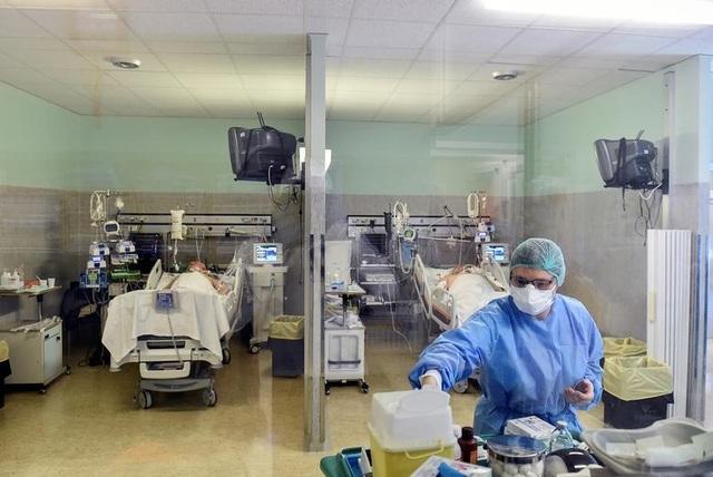 Bệnh viện quá tải, gần 2.700 nhân viên y tế Italia mắc Covid-19 - 1