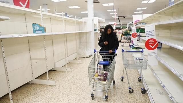 Y tá Anh bật khóc vì siêu thị trống trơn sau ca làm việc kéo dài 48 giờ - 2