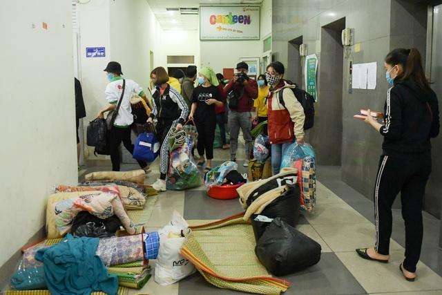 Sinh viên khu KTX Mỹ Đình rời đi trong đêm nhường chỗ cách ly Covid-19 - 5