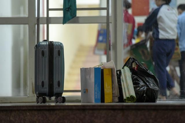 Sinh viên khu KTX Mỹ Đình rời đi trong đêm nhường chỗ cách ly Covid-19 - 8