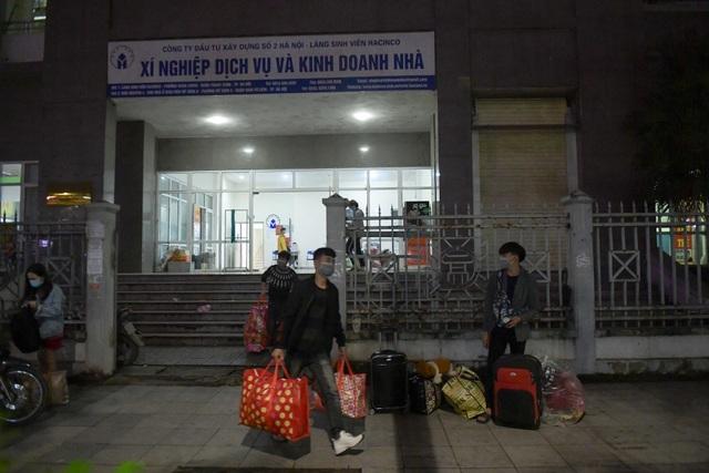 Sinh viên khu KTX Mỹ Đình rời đi trong đêm nhường chỗ cách ly Covid-19 - 12