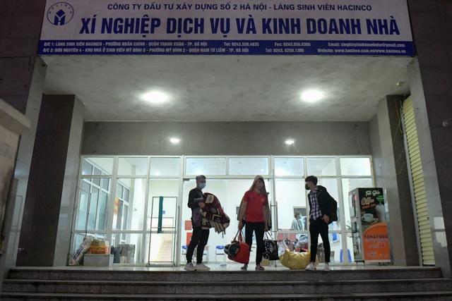 Sinh viên khu KTX Mỹ Đình rời đi trong đêm nhường chỗ cách ly Covid-19 - 1